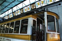 Tranvías viejas del vintage en Lisboa Foto de archivo