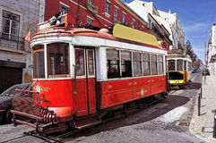 Tranvías viejas típicas en Lisboa, Portugal Fotos de archivo