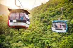 Tranvía aéreo que se levanta en montañas tropicales de la selva Fotografía de archivo libre de regalías