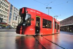 Tranvía local moderna para el público en Innsbruck Fotos de archivo libres de regalías