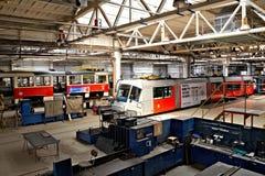 Tranvías en talleres en el depósito Hostivar, Praga Foto de archivo libre de regalías