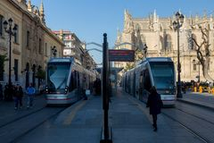 Tranvia στο κέντρο της πόλης της πόλης Σεβίλη τουριστών στοκ φωτογραφία με δικαίωμα ελεύθερης χρήσης