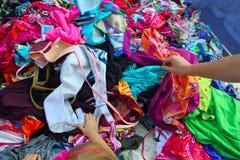 tranzakcja ubrań moda wręcza zrywania sprzedaży kobiety Obrazy Royalty Free