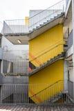 Trap aan drie vloeren Gele concrete muur Trap rond de betonconstructie stock foto's