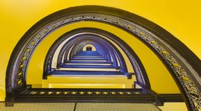 Trap binnen de Bankbouw met Blauw en Geel Royalty-vrije Stock Foto's