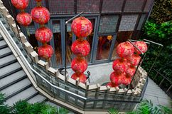 Trap die met Chinese lantaarns wordt verfraaid royalty-vrije stock afbeeldingen