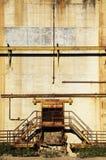 Trap in een verlaten industrieel gebouw Stock Afbeelding