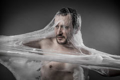 Trap.man tilltrasslad i enorm vit spindelrengöringsduk Royaltyfria Bilder