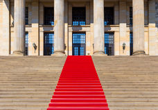 Trap met rood tapijt Royalty-vrije Stock Foto