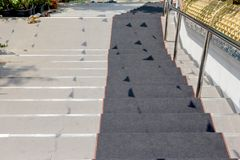 Trap neer met zwart tapijt stock foto