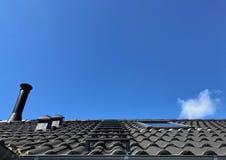 Trap op grijs dak en schoorsteen Royalty-vrije Stock Foto's