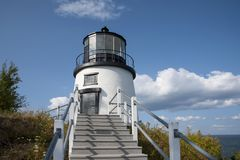 Trap tot Maine Lighthouse Over Ocean Harbor royalty-vrije stock fotografie