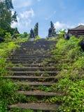 Trap van een verlaten hotel in Bali stock fotografie