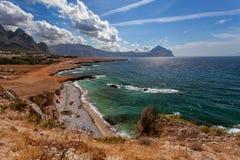 Trapani landskap Sicilien Italien - havsfjärd- och strandsikt från kustlinjen mellan den San Vito locapoen och Scopello Fotografering för Bildbyråer