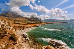 Trapani prowincja, Sicily, Włochy - morze plaży i zatoki widok od linii brzegowej między Zdjęcie Royalty Free