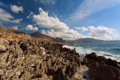 Trapani prowincja, Sicily, Włochy - morze plaży i zatoki widok od linii brzegowej między Stary marznący lav Zdjęcie Stock