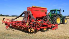 Trapano di seme di spirito 600C di Vaderstad e trattore di John Deere 7340 Fotografia Stock Libera da Diritti