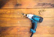 Trapano lasciato sul pavimento di legno Fotografia Stock Libera da Diritti