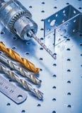 Trapano perforato del righello del metallo dei fermi di angolo e Immagine Stock