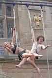 Trapeze-Künstler, die in der Straße durchführen Lizenzfreie Stockfotografie