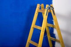 Trapladder die voor het schilderen wordt gebruikt royalty-vrije stock afbeeldingen