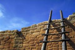 Trapladder tegen bakstenen muur Stock Foto's
