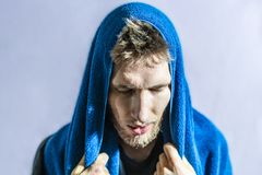 Trapo barbudo del deportista de descensos sudados de su cara con la toalla después de f aislada entrenamiento duro fotografía de archivo libre de regalías