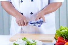 Trapo del cocinero el cuchillo imagenes de archivo