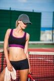 Trapo del jugador de tenis de la mujer sudado con la toalla Fotos de archivo libres de regalías