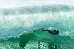 Trapo-Hacia fuera del paseo del tubo de la persona que practica surf que se estrella Foto de archivo libre de regalías