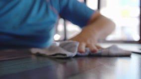 Trapo masculino de la mano la toalla de limpieza Cámara lenta 180fps almacen de metraje de vídeo