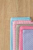 Trapos de la cocina en diversos colores Fotos de archivo libres de regalías