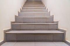 Trappa abstrakt moment Trappa i staden Granittrappa Stena trappan som ses ofta på monument och gränsmärken, bred stentrappa Arkivfoton