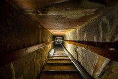 Trappa av gravvalvet i mitten av en pyramid fotografering för bildbyråer