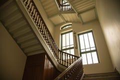 Trappa för gammal stil i slottbyggnaden med fönstret och belysning Royaltyfria Bilder