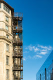 Trappa för metallbrandflykt på gammal byggnad royaltyfri bild