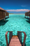 Trappa från overwaterbungalow till lagun på den tropiska ön royaltyfri bild