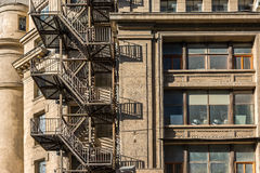 Trappa för metallbrandflykt på gammal byggnad Arkivfoton