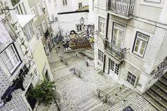 Trappa i det Alfama området, Lissabon arkivbild