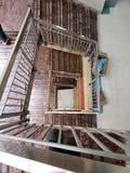 Trappa i ett gammalt sjukhus arkivbild