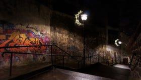 Trappa i gammal gata i Paris förort Arkivfoto