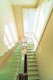 Trappa i modern hemmiljö Arkivfoton