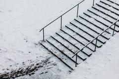 Trappa i vintersnö arkivfoton