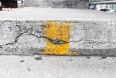 Trappa med den gula linjen Arkivbild