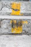 Trappa med den gula linjen Arkivfoton