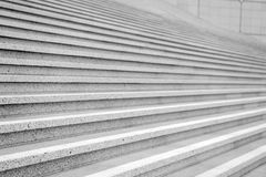 Trappa med konkret trappa på grå bakgrund i Paris, franc Fotografering för Bildbyråer