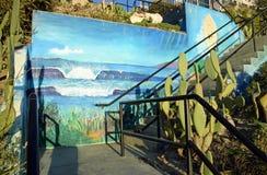 Trappa med konstarbete som leder till stranden på den helgonAnns gatan i Laguna Beach, Kalifornien Arkivbild