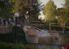 Trappa med springbrunnen och lyktstolpar arkivbild