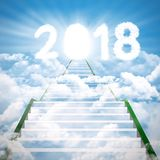 Trappa in mot till nummer 2018 med den ljusa dörren Royaltyfri Fotografi