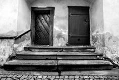 Trappa och dörrarna till sakristian av kyrkan Royaltyfri Foto